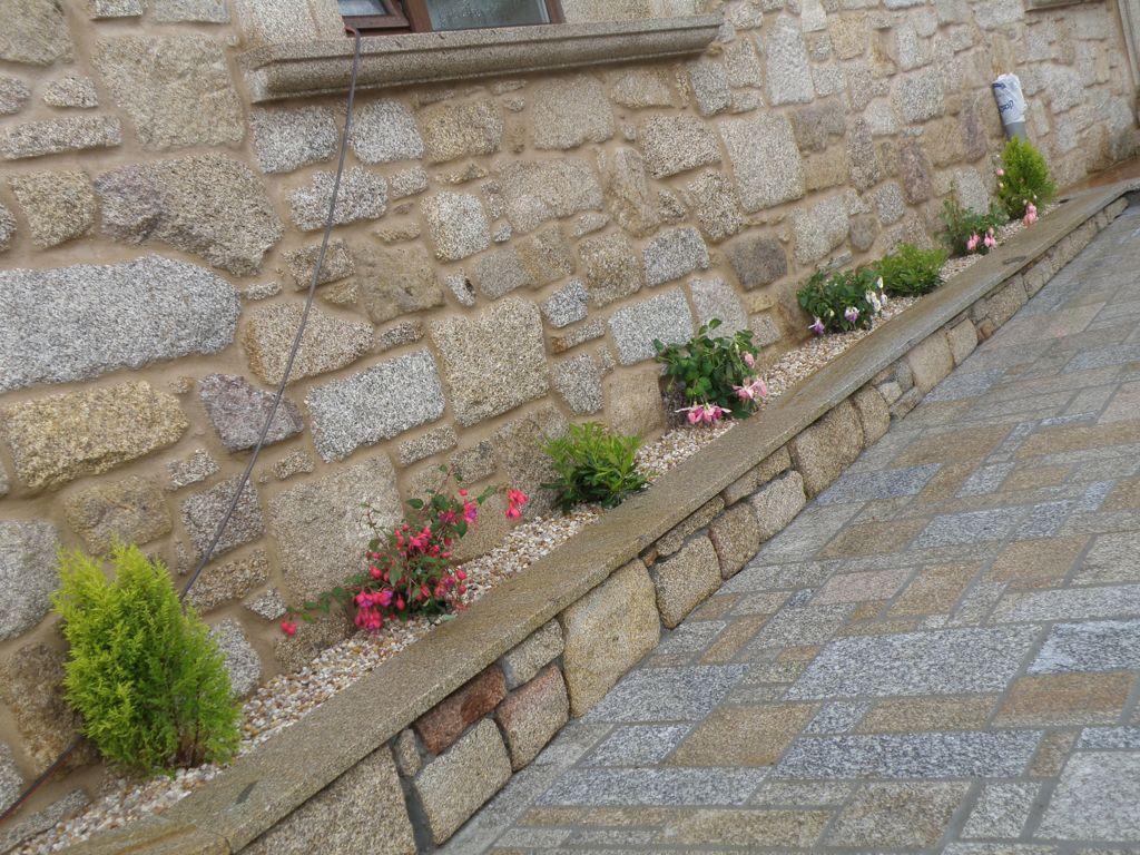 ejecucion de jardinera exterior en piedra pais con mamposteria y tapa en chapa de 3 cms - Jardineras Exterior